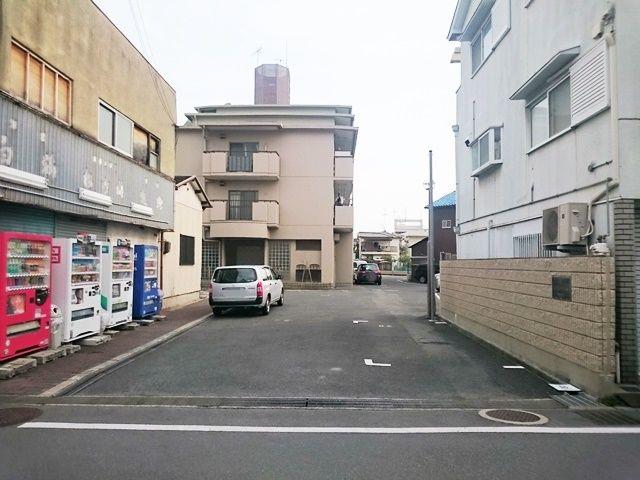 【道順1】駐車場入口の写真です。ご予約時のスペースに駐車してください。