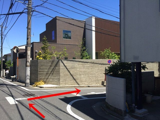 【道順4】この建物を目印に右折してください。