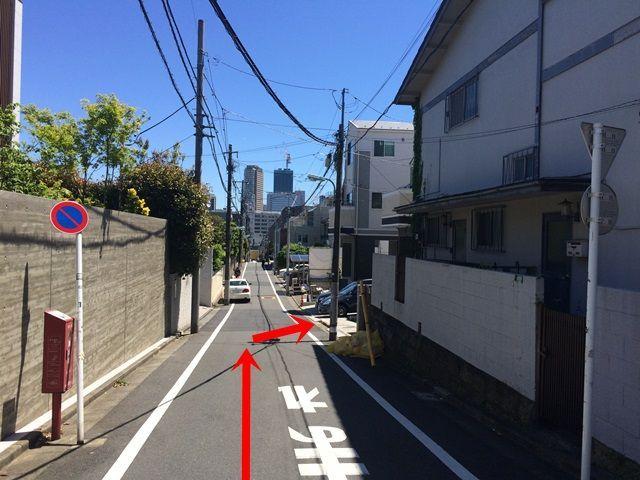 【道順5】少し進むと右手側に駐車場が見えてきます。