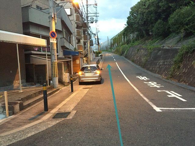 【道順1】写真後方に「関西大学 千里山キャンパス」の出入口があり、「名神高速道路」を右側にして直進してください。