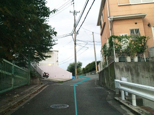 【道順6】坂を上っていただくと「左側」に駐車場があります。