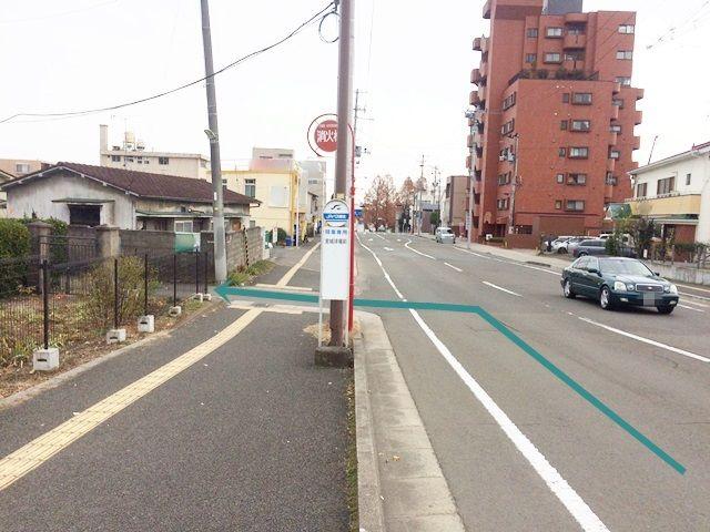 【道順1】「榴ヶ岡公園東交差点」から南に直進し、1つ目の角を(バス停「宮城球場前」の看板を目印に)左折します。