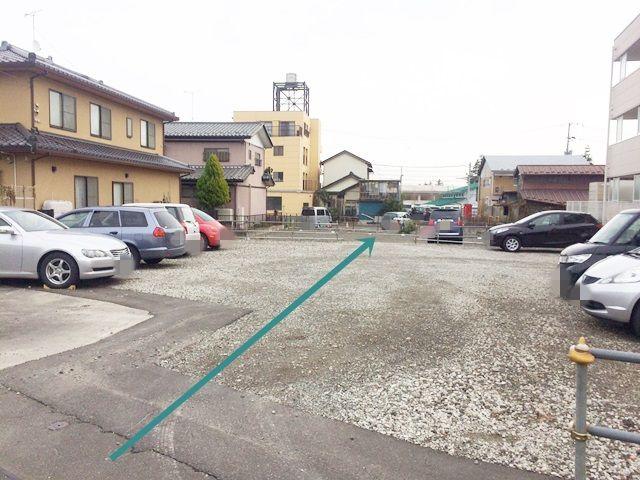 【道順3】駐車場に入ると奥まで進んでください。