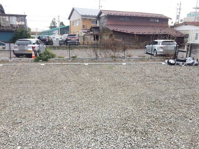 【道順4】奥まで進むと駐車場があります。