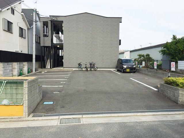【道順10】駐車場の写真です。ご予約時のスペースに駐車してください。