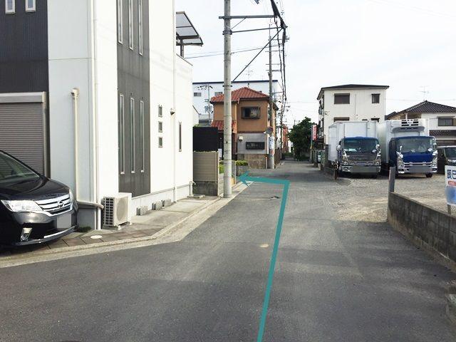 【道順8】直進していただくと、「左側」に駐車場があります。
