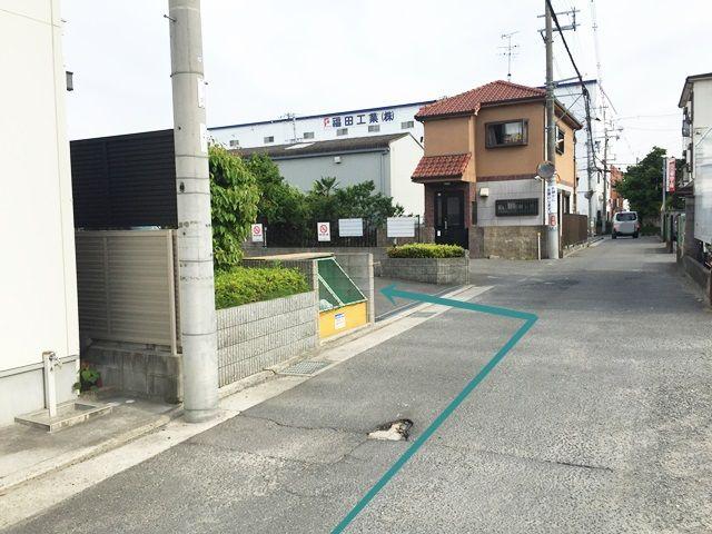 【道順9】駐車場出入口です。「左折」してください。