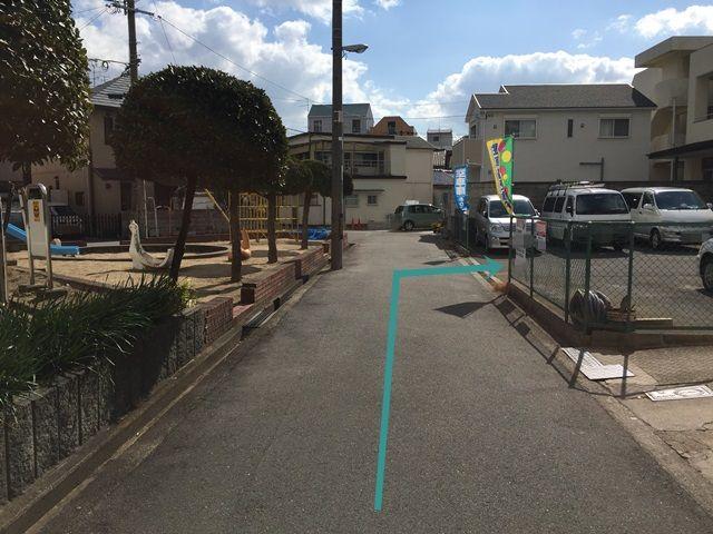 7.道なりにお進みいただくと「右側」に駐車場があります。目印として、駐車場の向かいに公園があります。