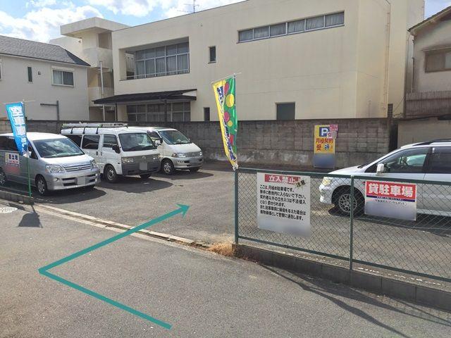 8.駐車場の写真です。ご予約時のメールに記載しているスペース番号をしっかりとご確認のうえ駐車して下さい。