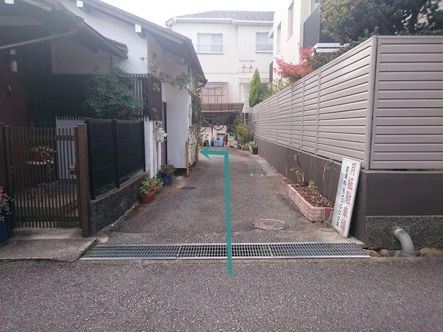 【道順10】突き当り「左側」がご利用駐車場になります。ご予約時のスペースに駐車してください。