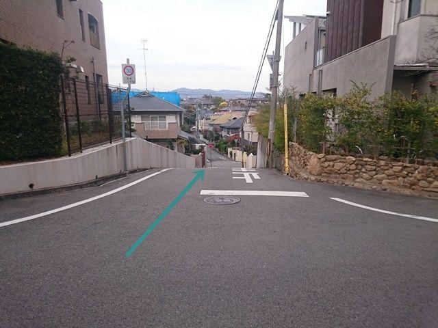 【道順2】傾斜になっておりますので、お気をつけて直進してください。