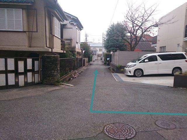 【道順7】こちらを右折して直進してください。