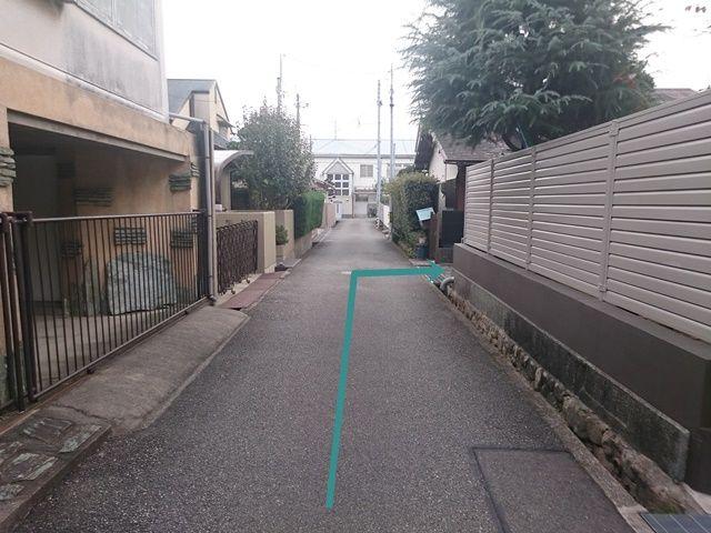 【道順8】右折後、少し直進すると「右側」に駐車場出入口があります。