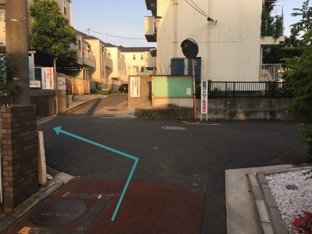 突き当り左に曲がると右側に駐車場があります。