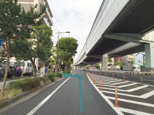 【道順5】歩道橋を過ぎてすぐ左手の歩道へ「左折」してください。