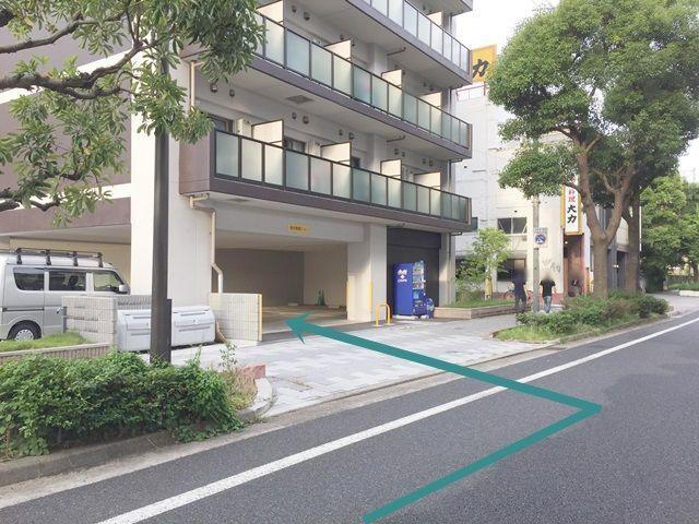【道順6】目の前にあるマンション付随の駐車場がご利用駐車場になります。ご予約されたスペースに駐車してください。