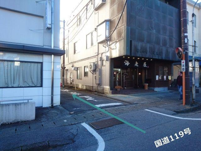 写真右側に「元祖日光湯波 海老屋長造」、左側に「NHK日光」があり、その間を「国道119号」から入ってください