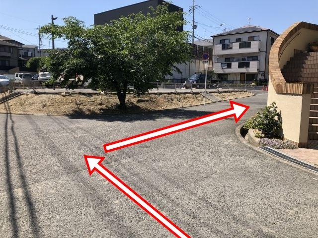 第1ゼミナールさんの裏手になります。右に曲がって10メートルほど進みますと右手に駐車場が見えます。