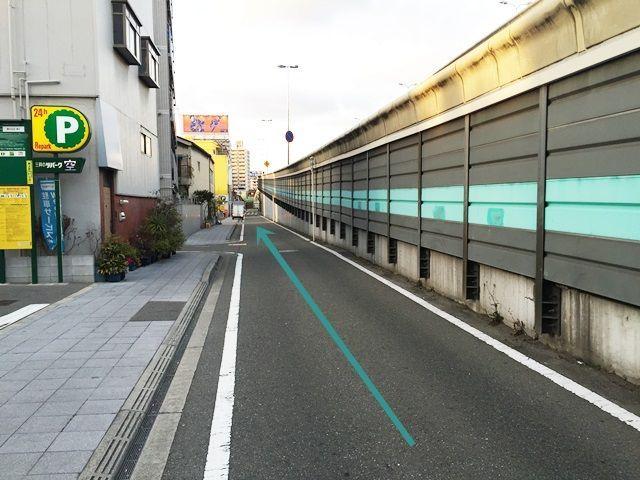 【道順3】左側に駐車場がありますが、別駐車場ですのでお気をつけください。
