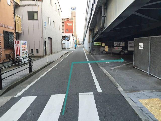 【道順7】右折後、直進すると「右側」に駐車場の入口が見えてきます。