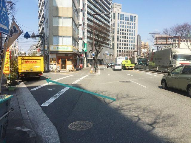 1. 「国道176号線」を「梅田駅」から「中津駅」方面へ直進し、高架下の「済生会病院前」交差点を通り過ぎて2つ目の角を「斜め左方向」「大淀警察署」方面へお進みください。