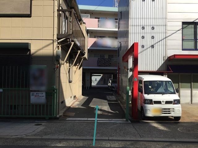 【北側入口から駐車場までの道順2】直進すると駐車場があります。ご予約された駐車場に間違いないか確認し、ご予約されたスペースに駐車してください。