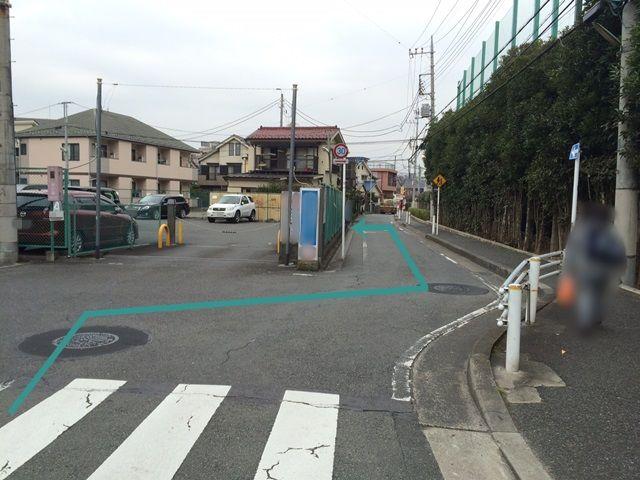 【道順1】「南多摩高校前交差点」を「北」に進んでいただき、写真の矢印に沿って1つ目の角を左折してください。