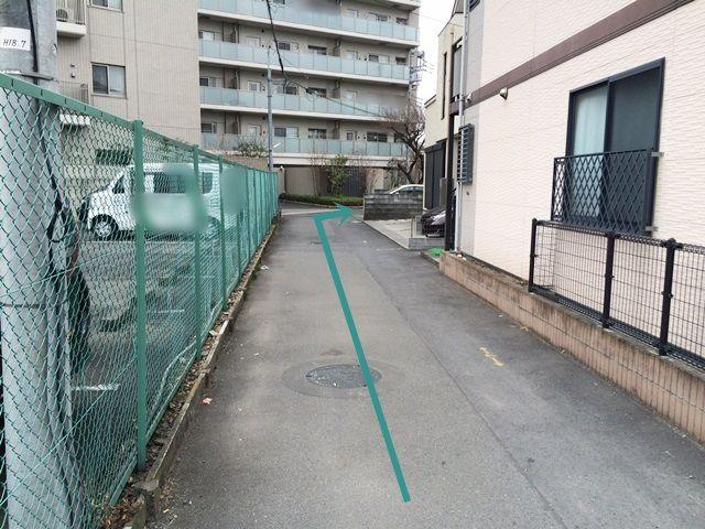 【道順2】道なりに進むと右側に駐車場があります。