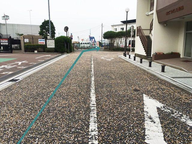 【道順2】直進していただくと突き当たり右側に駐車場出入口があります。