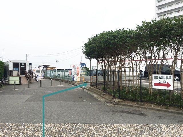 【道順3】駐車場出入口の写真です。対向車等に気をつけて進入、ご予約時のスペースに駐車してください。