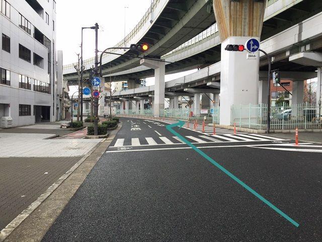 2.信号を越えて直ぐ右側に駐車場入口があります。