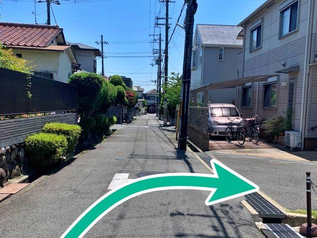 住宅街道路より進入。