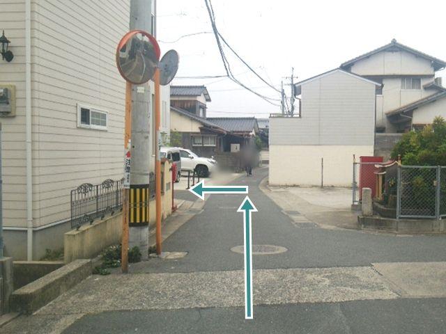 【順路2】左折後、「ドラッグストアモリ」の駐車場を超えて1つ目の角を左折します