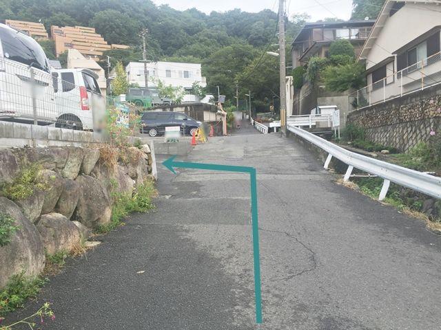 【道順9】入り口にあるakippa看板をご確認いただき、駐車場内へと進入してください。