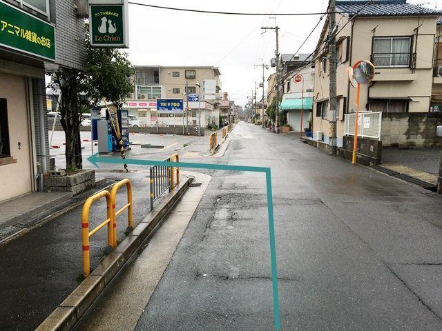 【道順1】「香露園東交差点」を「北」へ直進していただき、写真を参考に1つ目の角を「左折」してください。