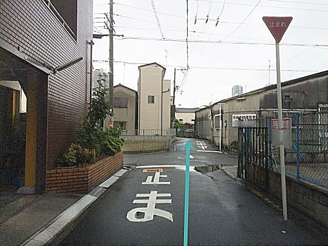 2.道幅が狭くなっておりますので、お気をつけてお進みください。こちらも直進してください。