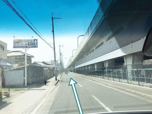 京阪高架下を淀屋橋方面にまっすぐ!