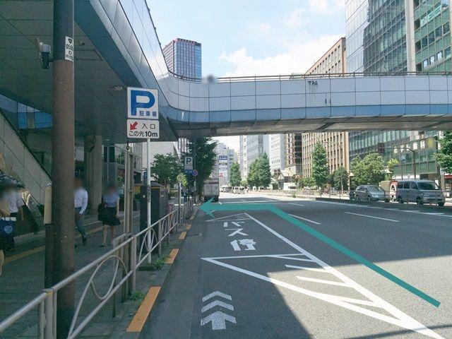 【道順3】信号を越えた左手にバス停があり、更に少し進んだところにご利用駐車場がございます。