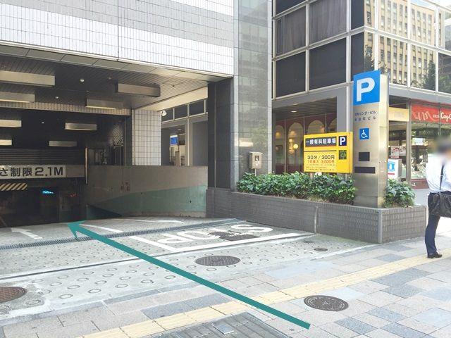 【道順5】ご利用駐車場出入口になります。矢印に従い、入場ゲートまでお進みください。