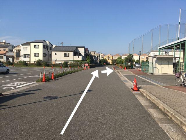 順路3:さらに奥へ進み、右手に見える駐車場に駐車します