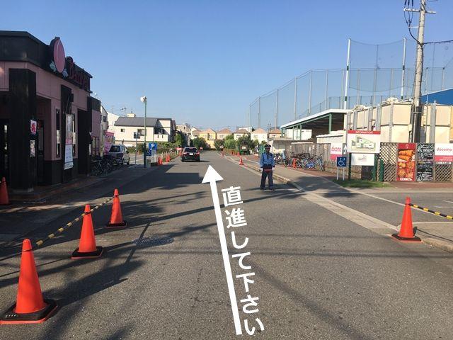 順路2:直進し、左手に見える駐車場を通り過ぎます