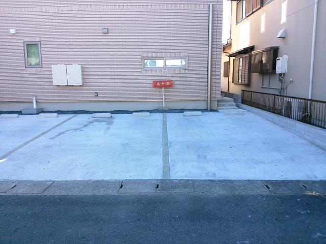 「五十鈴」「ISUZU」の看板が駐車場に立ってます。