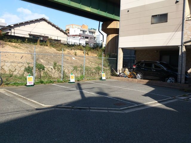 8. 50m程進んだところで「左手」にご利用駐車場がございます。