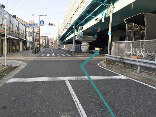 【道順7】直進すると駐車場の入口が見えます。