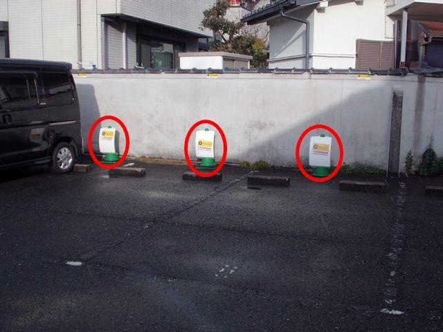 カラーコーンが置いて有りますので、区画図で位置や番号をご確認いただき、駐車の際はカラーコーンをご参考ください