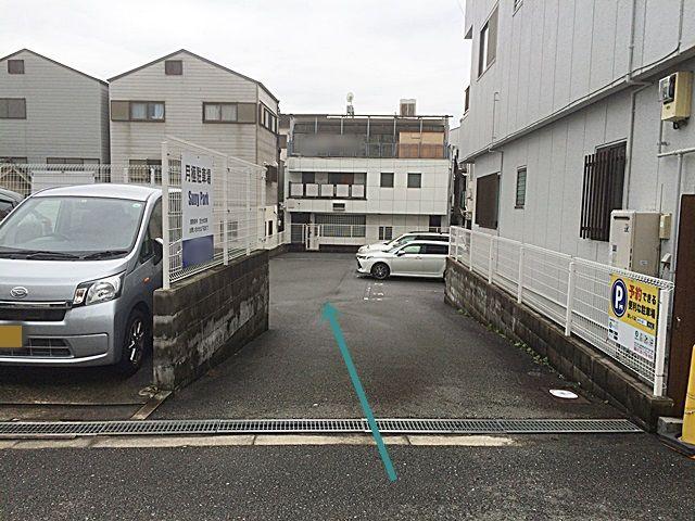 【道順6】駐車場出入口になります。対向車等に気をつけて進入してください。