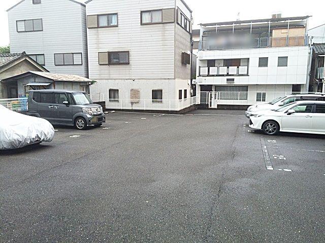 【道順8】駐車場の写真です。予約したスペースに駐車してください。