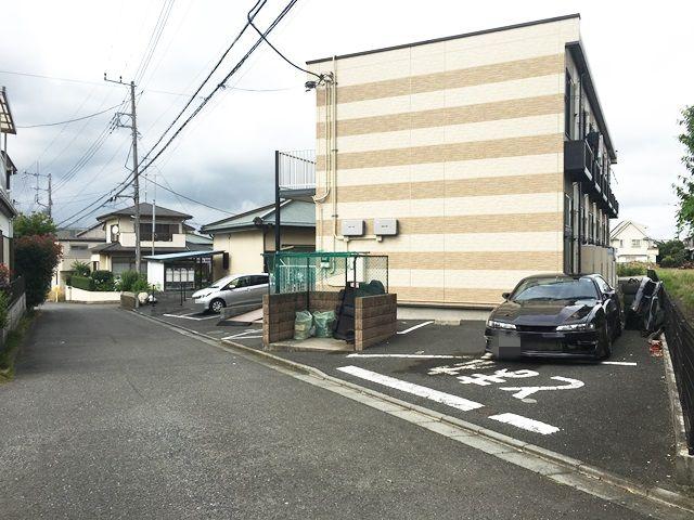【道順6】右折後すぐ「右側」に駐車場があります。ご予約時のスペースに駐車してください。