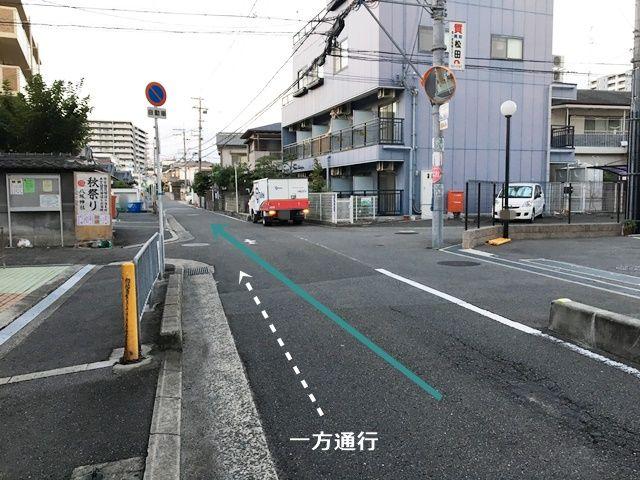 【道順1】「市役所前交差点」から「西」へ進み、「平池町交差点」を「右折」して直進してください。