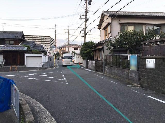 【道順2】京阪バス停「平池町南」を過ぎ、1つ目の角を「右折」してください。